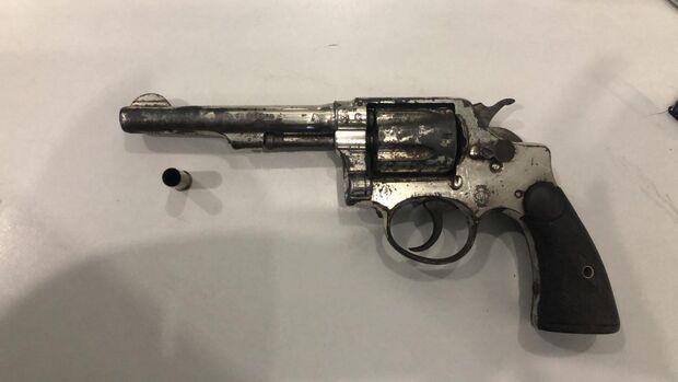 Dupla é abordada em moto e garupa é preso com arma no Aero Rancho