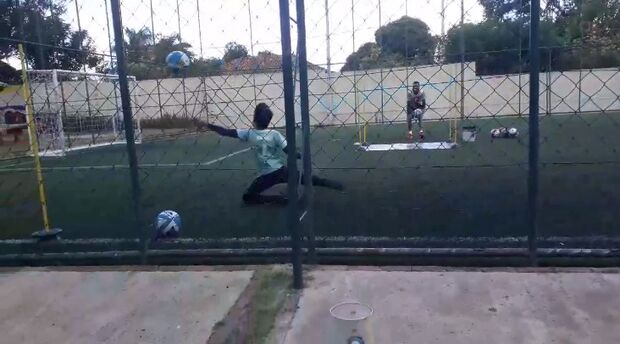 Vídeo: Bruninho mostra futuro brilhante no gol, mas longe do caráter do pai
