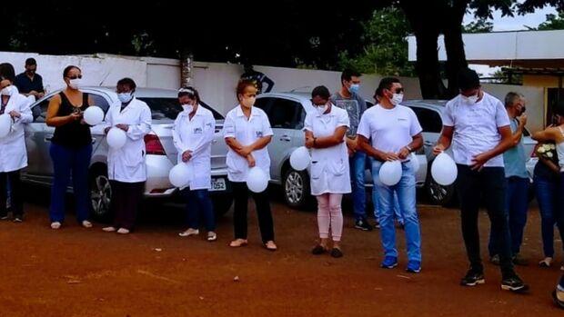 Com balões brancos, amigos prestam homenagem para enfermeira morta pela covid em Campo Grande
