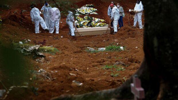 Brasil registra mais 983 mortes pela covid-19
