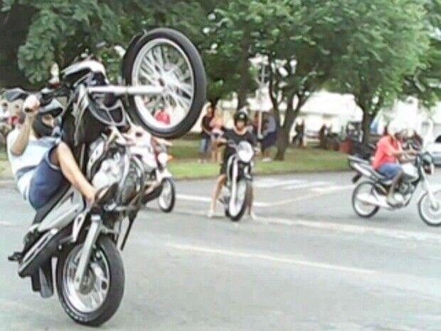 Polícia acaba com arruaça de motos e um se dá mal ao fugir no Coophavila