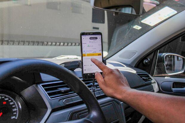 Motorista de aplicativo é rendida por bandidos e tem carro roubado durante corrida