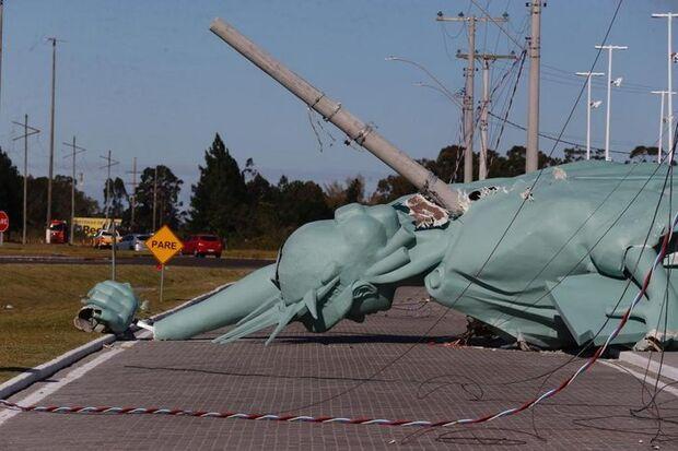 Estátua da Liberdade do 'véio da Havan' cai no RS após ventania