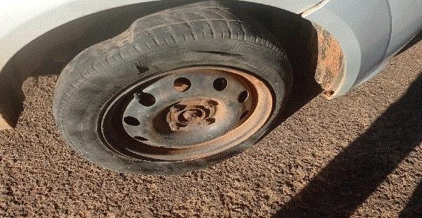 Biomédica tem pneu do carro rasgado em Água Clara