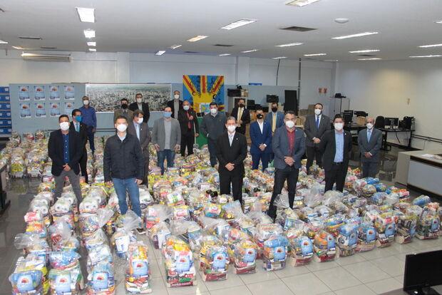 Vereadores doam 8 toneladas de alimentos para entidades assistenciais após campanha