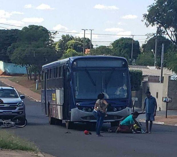 Ciclista bate em ônibus e é socorrido em Nova Andradina