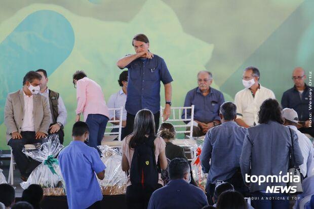 Bolsonaro ganha cesta de agricultores durante entrega de títulos em MS