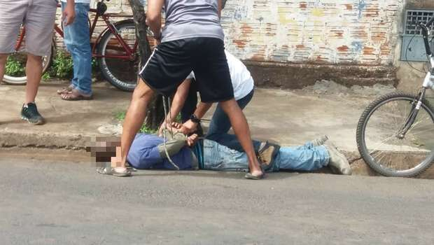 Rapaz é assaltado, parte para cima de bandidos e amarra assaltante no Canguru