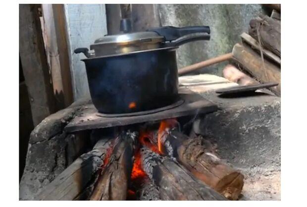Com gás a R$ 100, famílias cozinham na lenha e vendem móveis para comprar comida