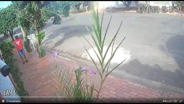 Vídeo: homem ronda casa na Vila Sobrinho e assusta moradores