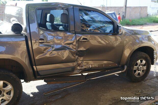 Motorista bêbado bate caminhonete e mete porrada em policiais em Campo Grande