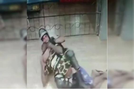 Policiais prendem homem negro com 'mata-leão' e socos em MG