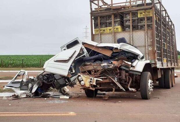 Caminhão carregado com frangos fica destruído após bater em carreta