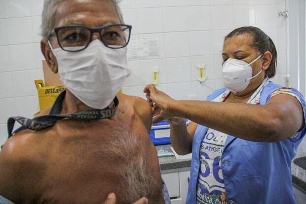 Campo-grandenses enfrentam friozinho e vacinam contra covid e influenza