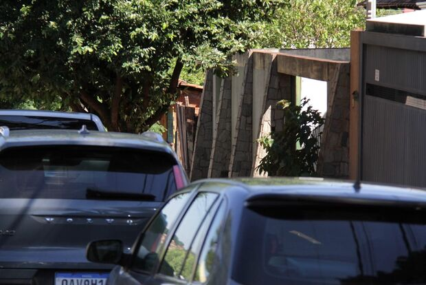 Bandidos entraram na casa de artista plástica após invadirem terreno baldio