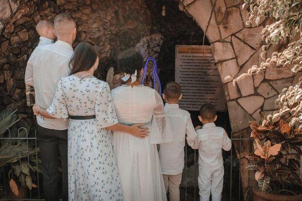 Casal adota quatro crianças e descobre gravidez após 15 anos de espera