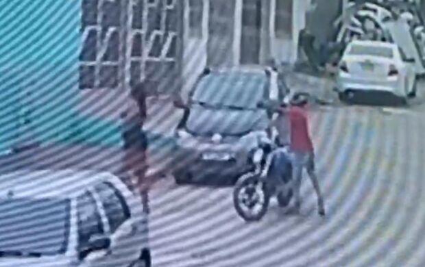 Dançarina é assassinada a tiros na frente de casa