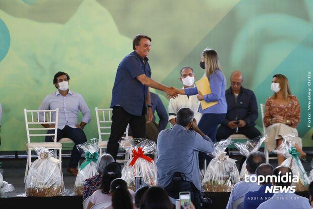 Vereador de Campo Grande entrega título de 'visitante ilustre' a Bolsonaro