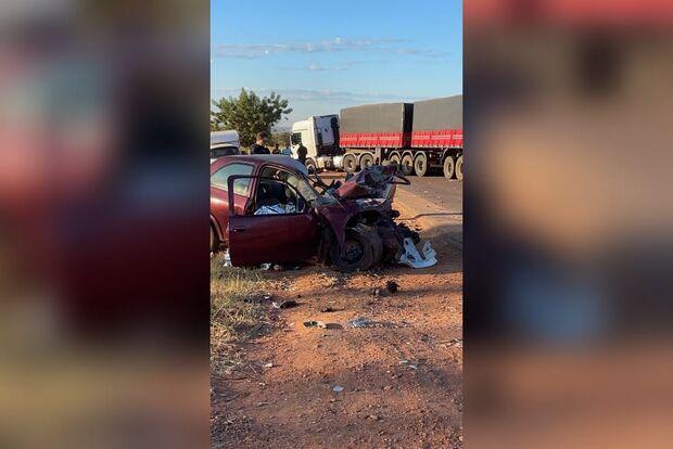 Motorista bate carro com carreta e morre na BR-158