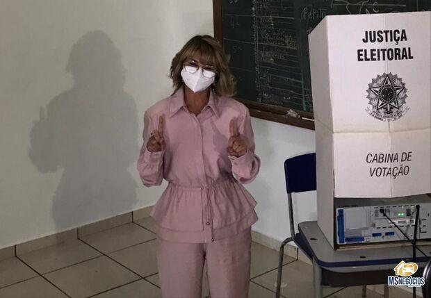 Nas eleições suplementares de Sidrolândia, Vanda Camilo vota e diz que está confiante