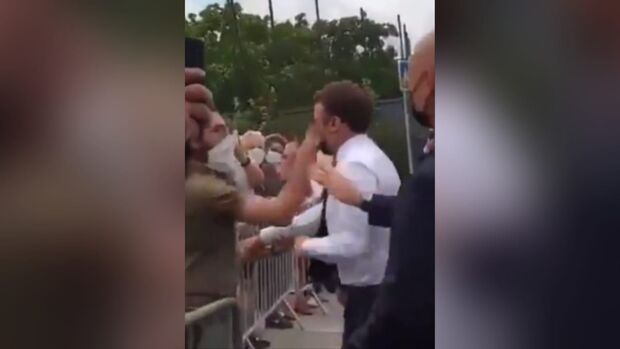 Presidente da França leva tapa na cara durante viagem oficial