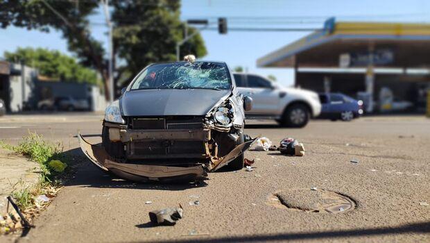Passageira morre em acidente entre carro e moto na Avenida das Bandeiras
