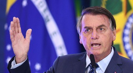 Bolsonaro condecora esposa, militares e ministros