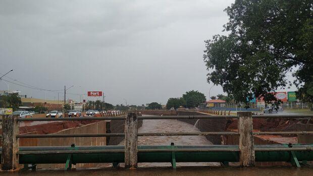 Chuva em Campo Grande pareceu fraca, mas encheu Córrego Anhanduizinho