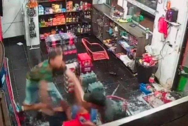 Funcionário é esfaqueado após recusar passar compra de R$ 0,50 no cartão