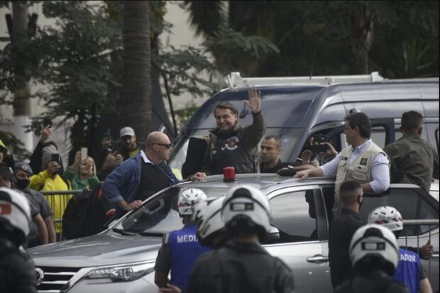 Bolsonaro aparece sem máscara em manifestação de motoqueiros