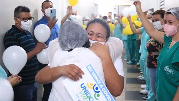Vídeo: MS vê 1ª alta de paciente de covid transferido: 'venci graças a Deus'