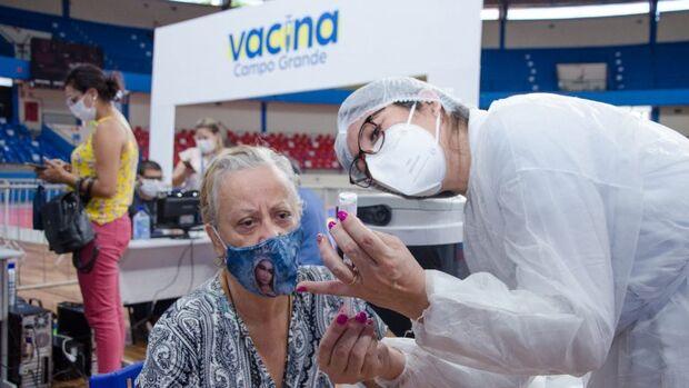 Vacinação contra Covid continua a todo vapor neste sábado; veja quais os postos de aplicação