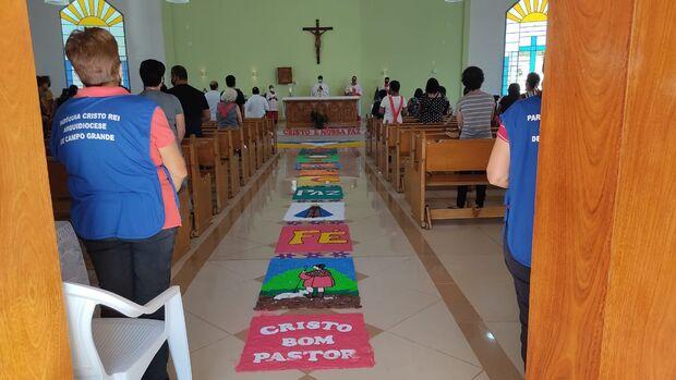 Sem o tradicional tapete, igrejas celebram Corpus Christi com restrições e carreata