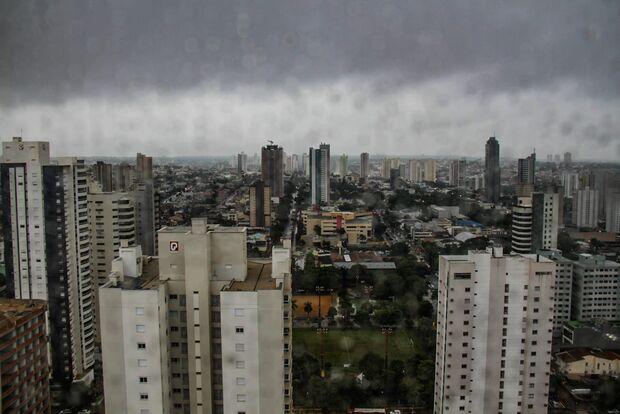 Dia amanhece com tempo fechado e previsão aponta pancadas de chuva em MS