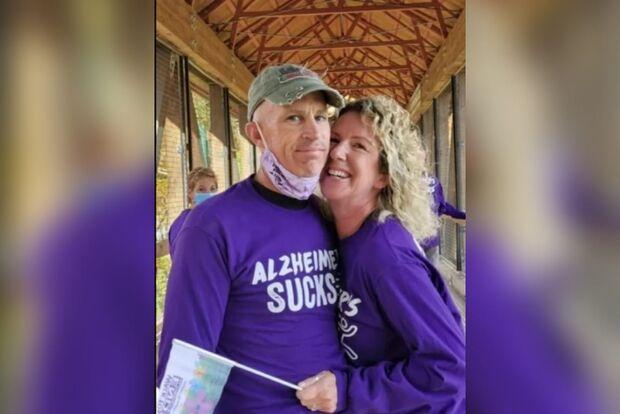 Homem com Alzheimer esquece casamento e pede a mão da própria esposa