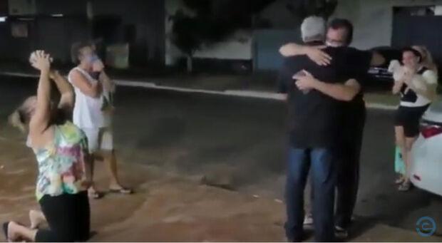 Filho vence covid e mãe agradece de joelhos em MS