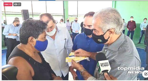 Vídeo: governo entrega cartões de R$ 200 e famílias da Capital comemoram