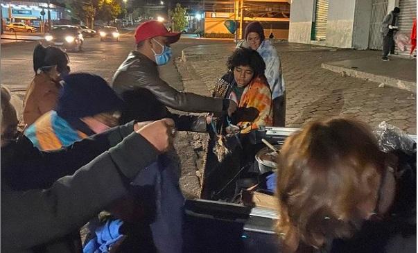 Vídeo: vereador distribui sopão em noite com frio de 10º em Campo Grande