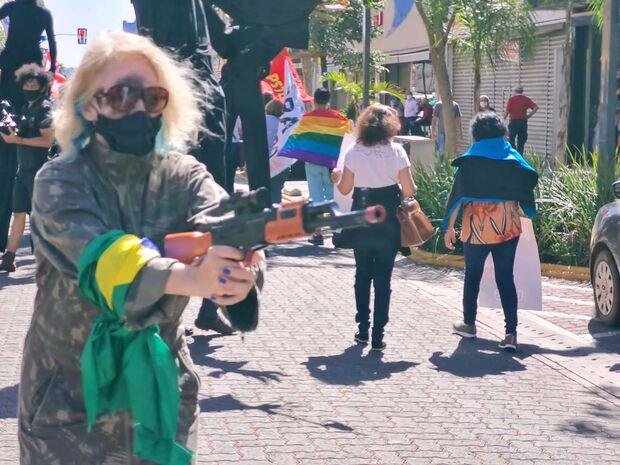 Manifestantes usam máscaras e fantasias para simbolizar 'crimes' de Bolsonaro em Campo Grande