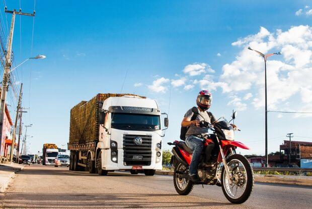 Greve de caminhoneiros contra Bolsonaro fracassa e 'vira piada' na maior parte do País