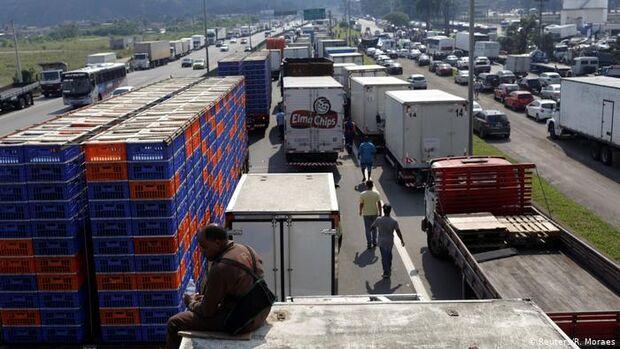 Contra Bolsonaro: caminhoneiros preparam greve para dia 26, mas setor está 'rachado'