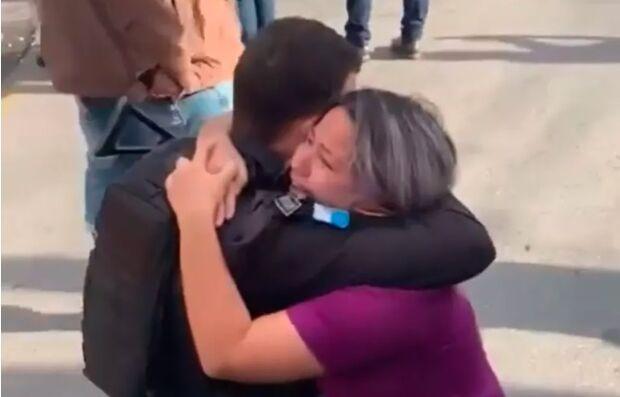 Vídeo: refém abraça policial após sequestro no Rio e comove redes sociais