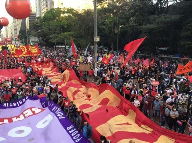 Atos contra Bolsonaro e a favor da vacina fecham a Avenida Paulista