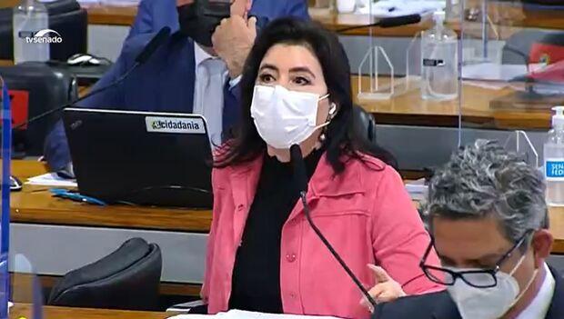 Vídeo: Simone é interrompida por Flávio Bolsonaro e rebate: 'não me dirigi a vossa excelência'