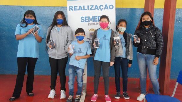 Alunos de Escolas Municipais recebem celulares de graça para estudar em Campo Grande