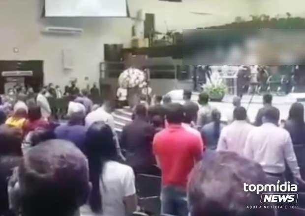 Mulher invade culto e esfaqueia ex-marido no Centro Oeste