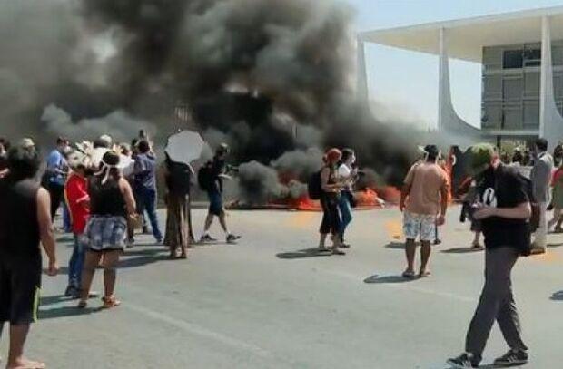 Indígenas ateiam fogo em frente ao Palácio do Planalto e Bolsonaro detona manifestação