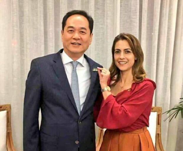 NA LATA: Soraya abraça embaixador comunista