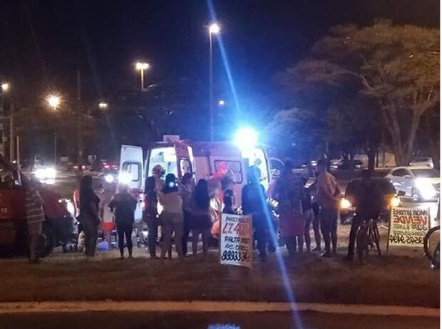 Motoentregador bate em carro e corre risco de morte em Campo Grande