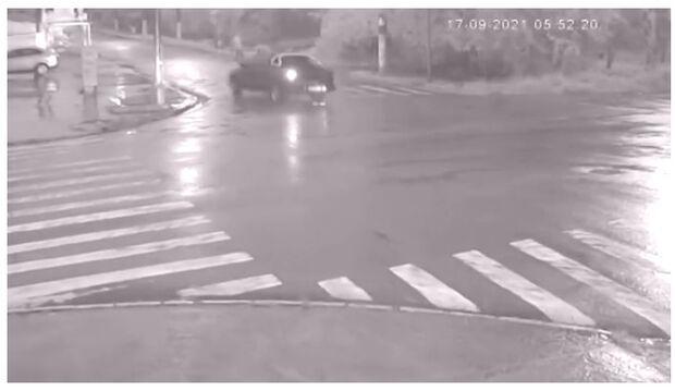 Vídeo: ciclista escapa de acidente segundos antes de ser atingido por carro desgovernado